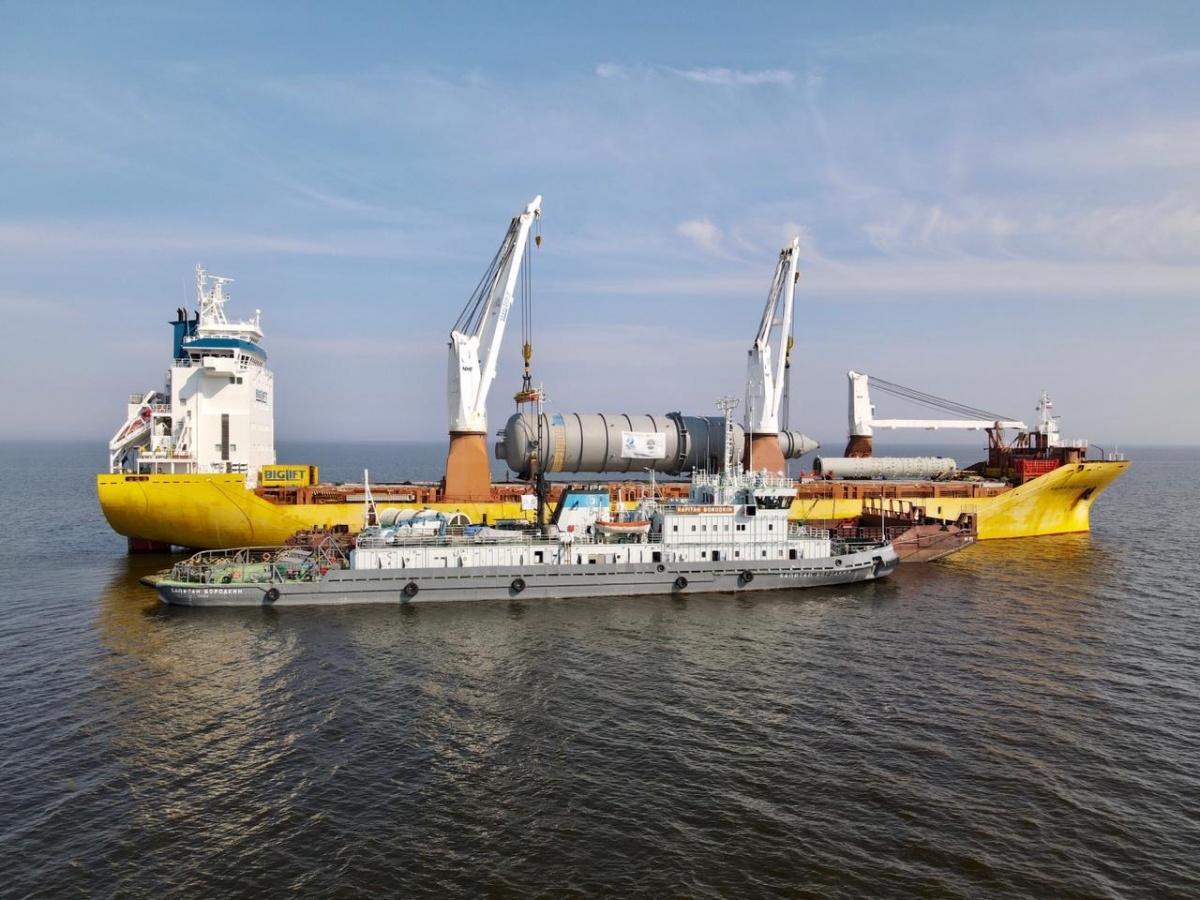 В открытом море завершилась перевалка крупногабаритных грузов с морских судов на баржи для Иркутского завода полимеров